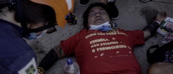 Índios lançam flechas em frente ao Congresso; polícia usa bombas de gás