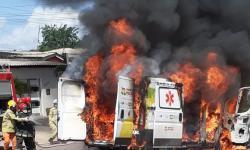 Confira o vídeo: Incêndio destrói ambulância em Macapá.