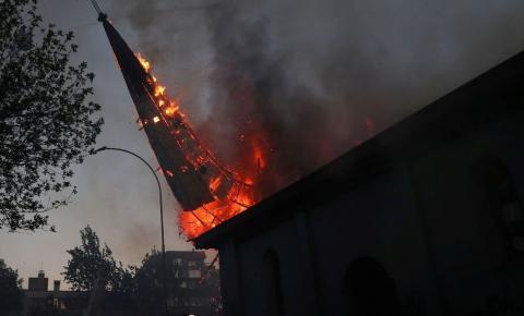 Manifestações no Chile acabam com igrejas incendiadas