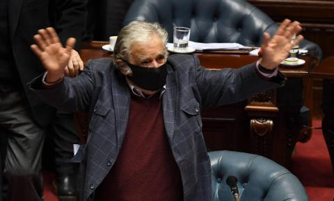 José Mujica, ex-presidente do Uruguai, renuncia ao Senado aos 85 anos.