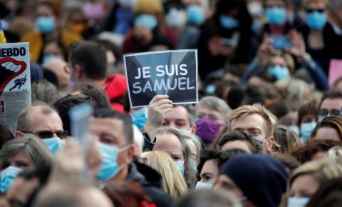 França fecha mesquita em Paris após decapitação de professor.