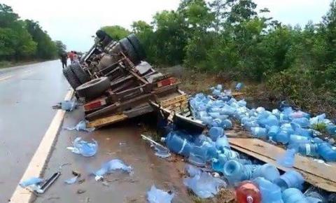 Caminhão tomba na BR-210 no Amapá.