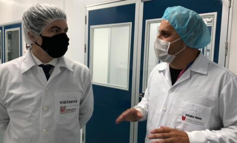 Senador Randolfe Rodrigues visita farmacêutica que produzirá a vacina Sputnik, em busca de doses do imunizante para o Amapá