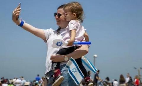 Israel vacina 68% da população e desobriga uso de máscaras ao ar livre