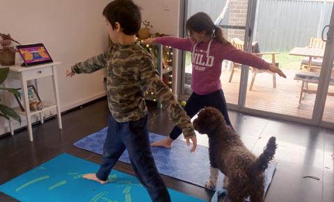 Crianças se beneficiam da prática do Yoga online