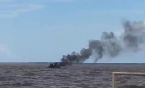 Piloto afirma que curto-circuito pode ter sido a causa do incêndio que destruiu lancha na Orla de Macapá.